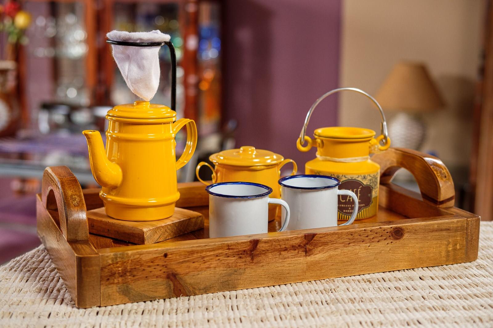 Kit Bandeja + Peças de Café / Amarelo com Canecas Brancas