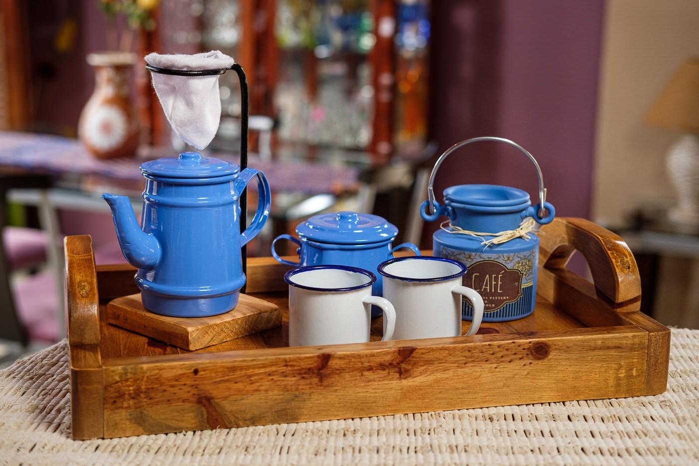 Kit Bandeja + Peças de Café / Azul Claro com Canecas Brancas