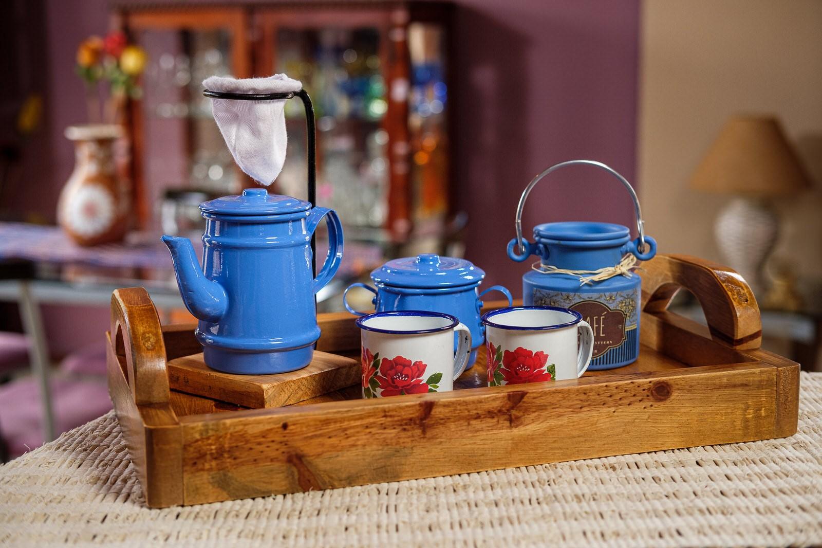 Kit Bandeja + Peças de Café / Azul Claro com Canecas Brancas Floridas