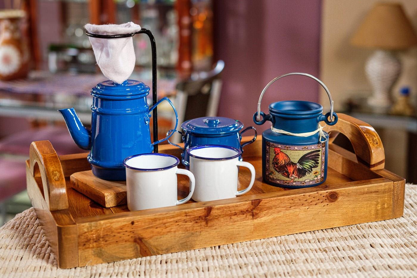 Kit Bandeja + Peças de Café / Azul Escuro com Canecas Brancas