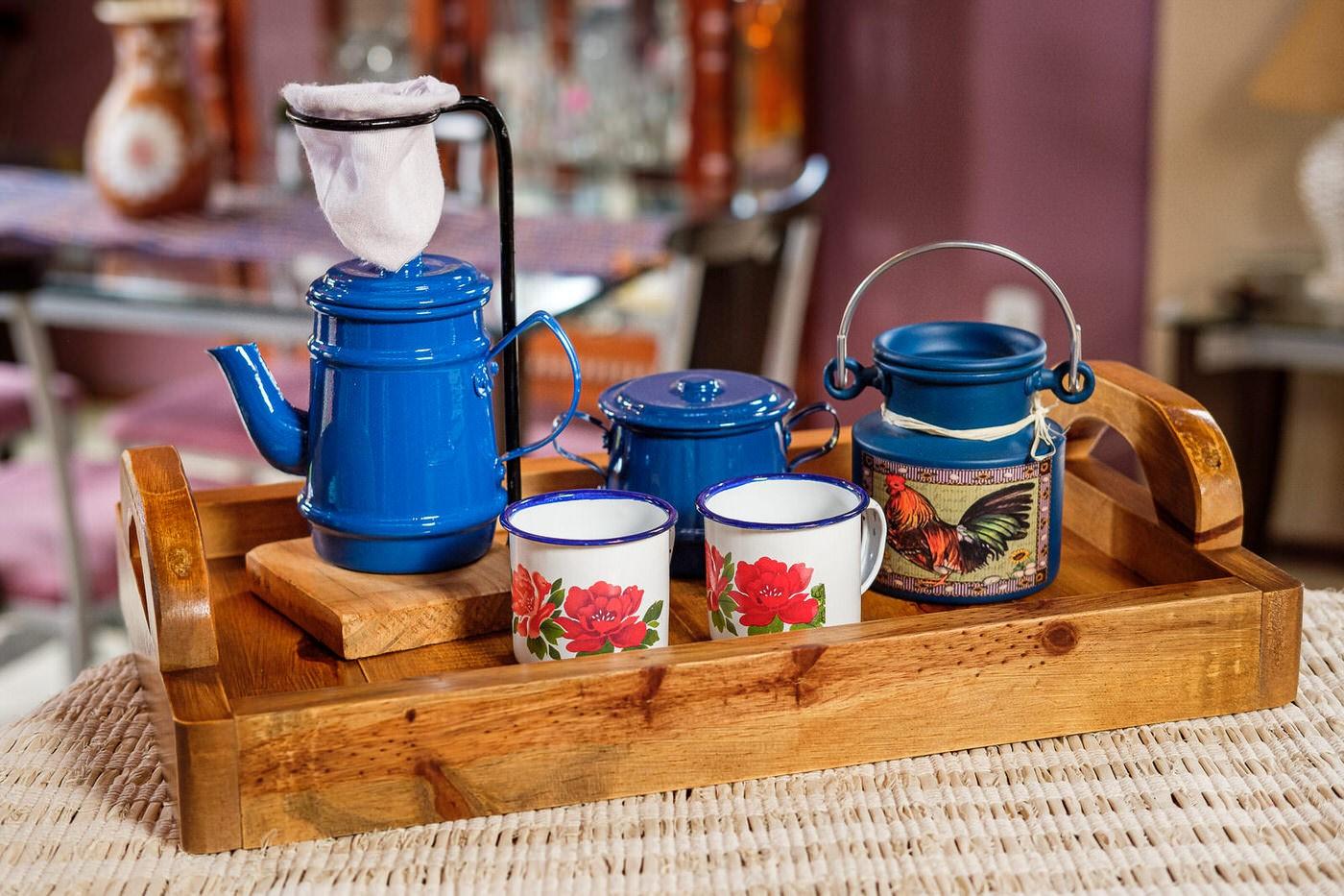 Kit Bandeja + Peças de Café / Azul Escuro com Canecas Brancas Floridas