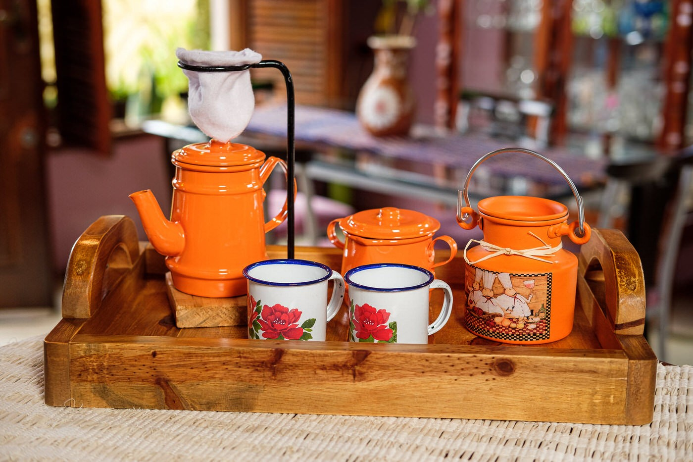 Kit Bandeja + Peças de Café / Laranja com Canecas Brancas Floridas