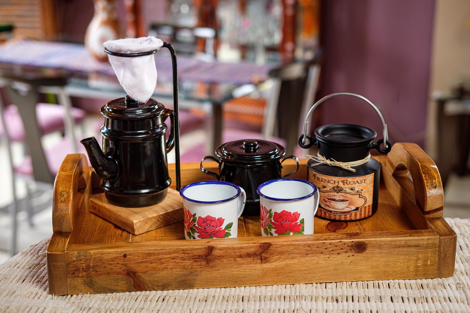 Kit Bandeja + Peças de Café / Preto com Canecas Brancas Floridas