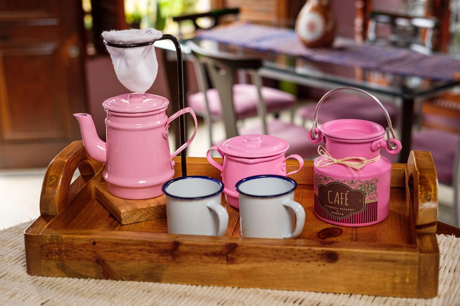 Kit Bandeja + Peças de Café / Rosa com Canecas Brancas