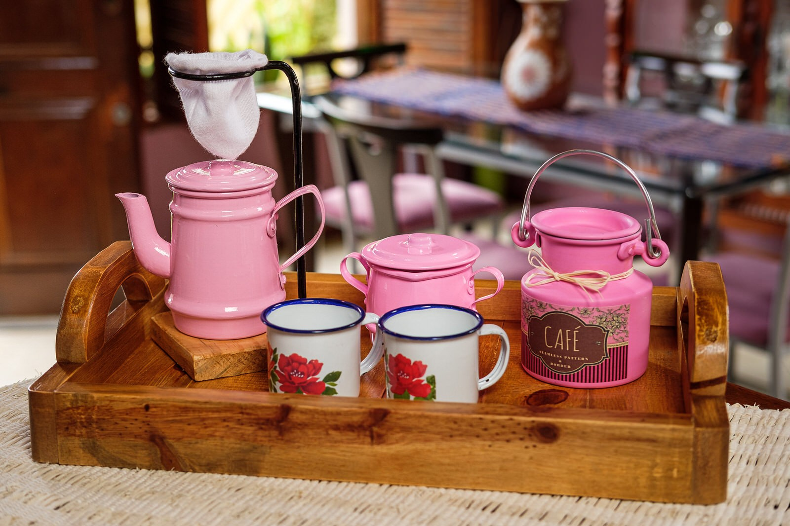 Kit Bandeja + Peças de Café / Rosa com Canecas Brancas Floridas