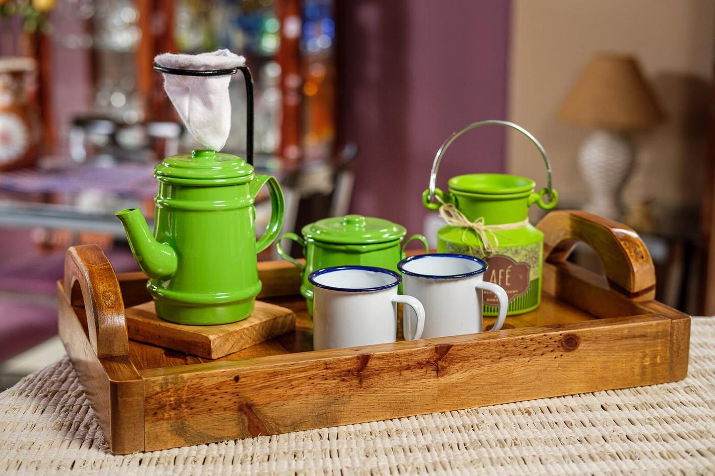 Kit Bandeja + Peças de Café / Verde Claro com Canecas Brancas