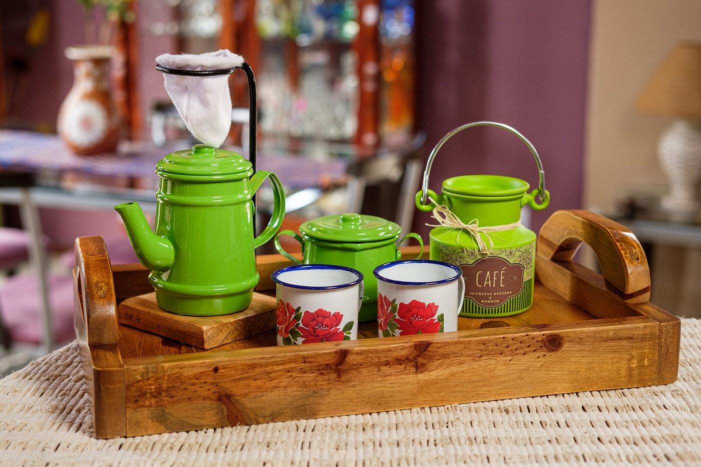 Kit Bandeja + Peças de Café / Verde Claro com Canecas Brancas Floridas