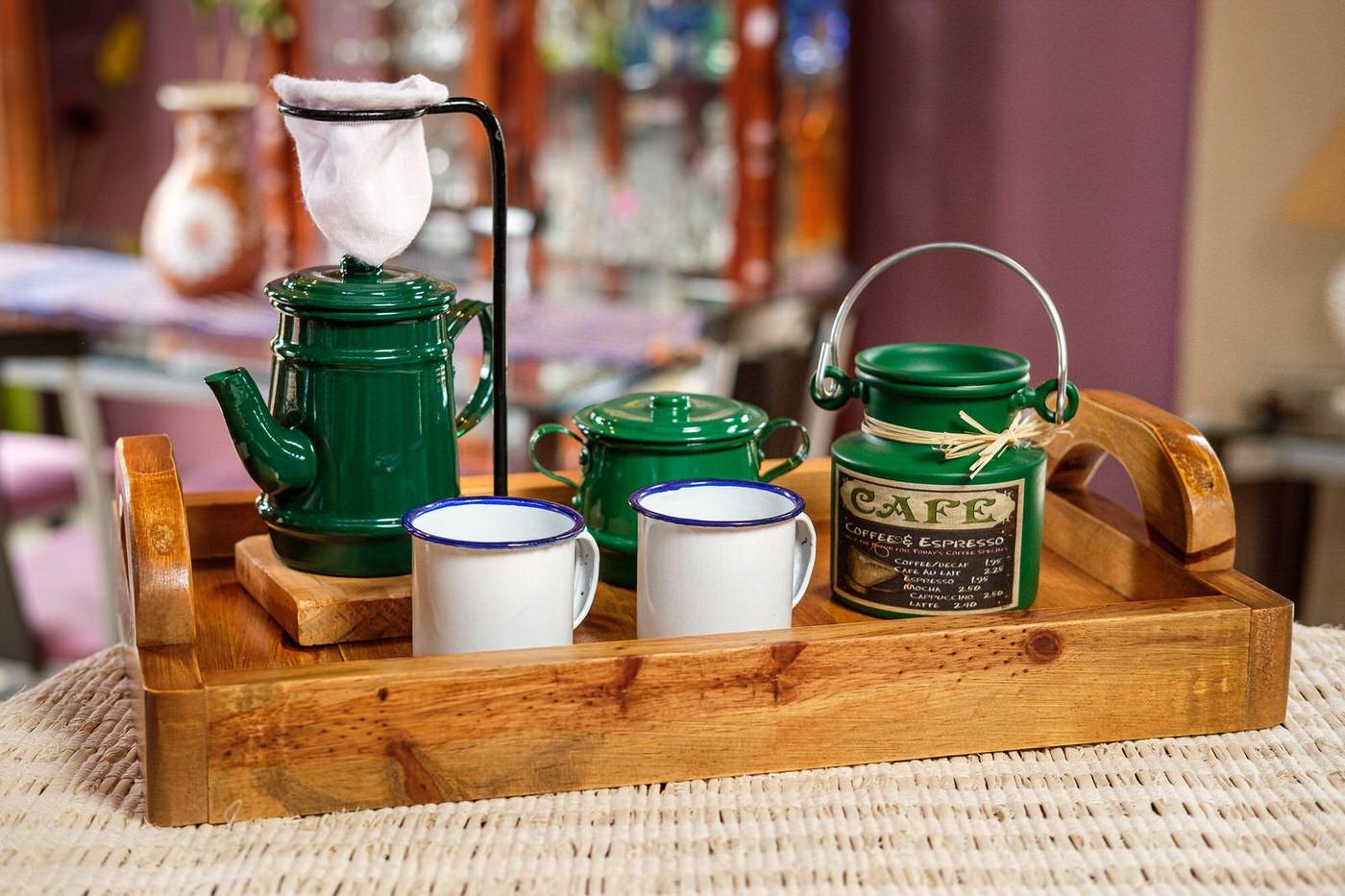 Kit Bandeja + Peças de Café / Verde Escuro com Canecas Brancas