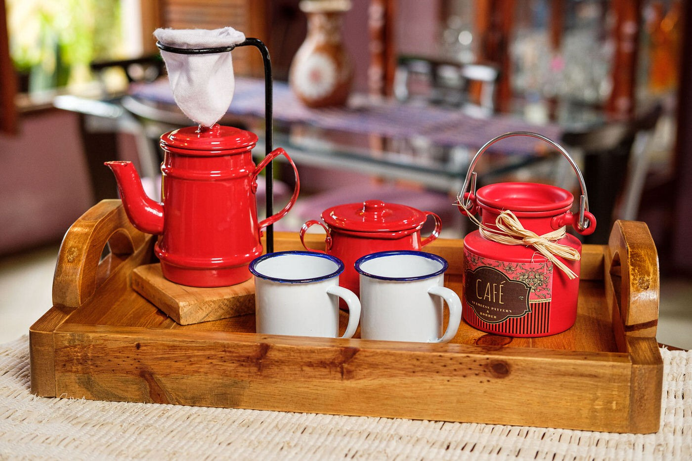 Kit Bandeja + Peças de Café / Vermelho com Canecas Brancas