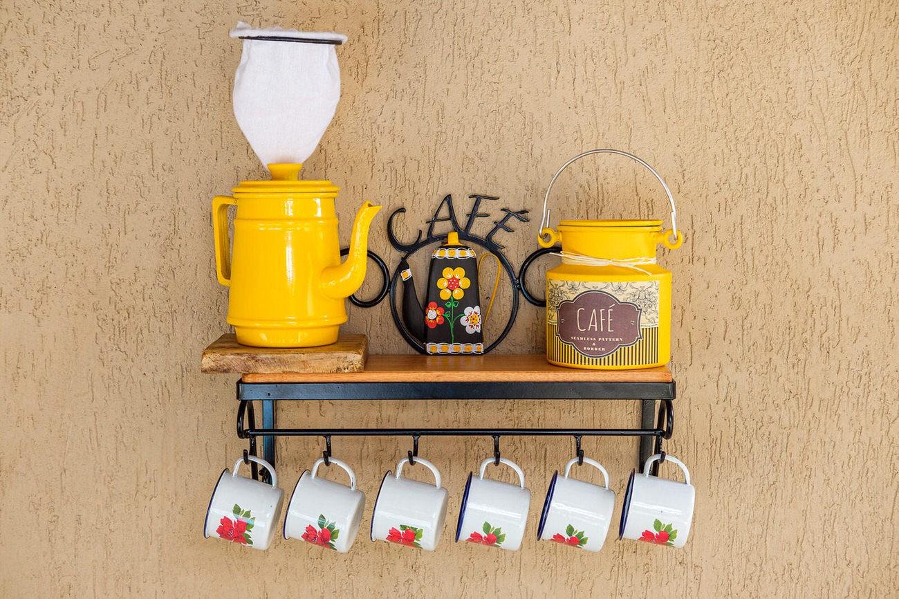 Kit cantinho do café com kit bule amarelo e leiteira de 1 litro em alumínio com canecas brancas com flores