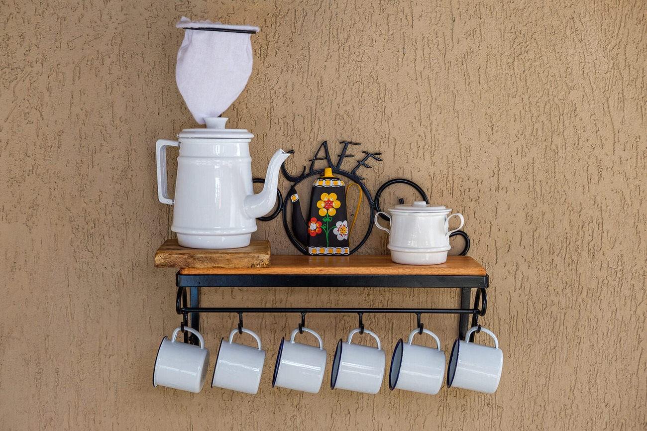 Kit cantinho do café com kit bule branco e açucareiro em alumínio com canecas brancas