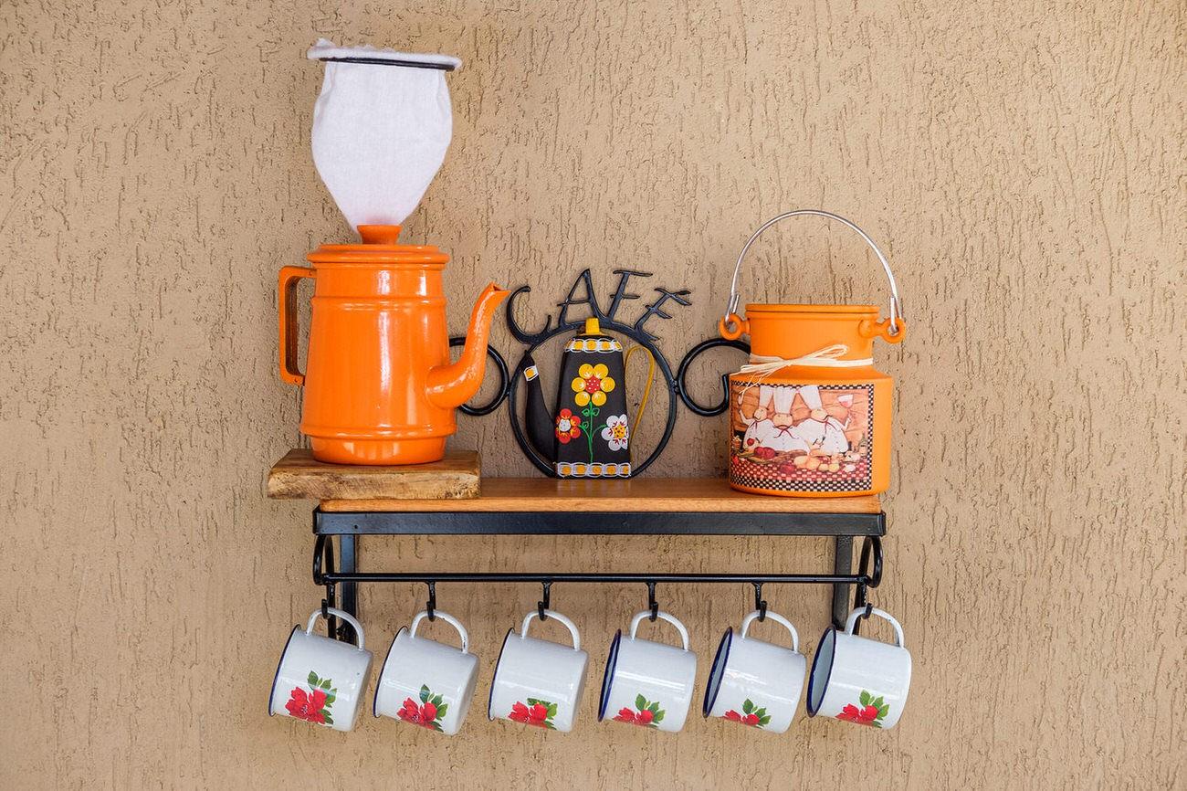 Kit cantinho do café com kit bule laranja e leiteira de 1 litro em alumínio com canecas brancas com flores