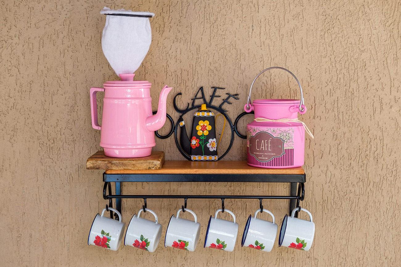 Kit cantinho do café com kit bule rosa e leiteira de 1 litro em alumínio com canecas brancas com flores