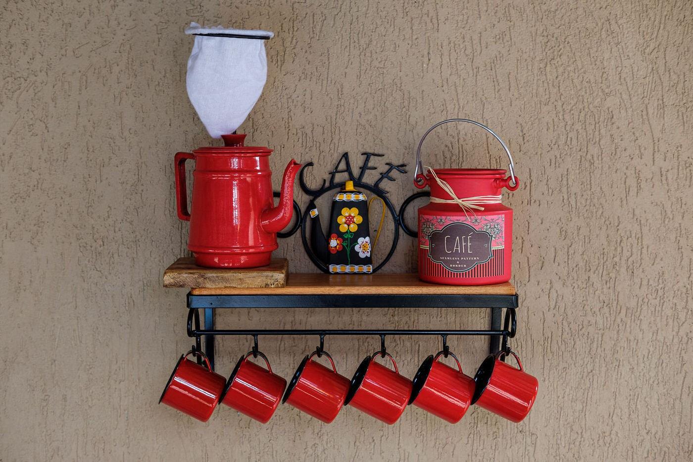 Kit cantinho do café com kit bule vermelho 1 litro em alumínio com canecas vermelhas
