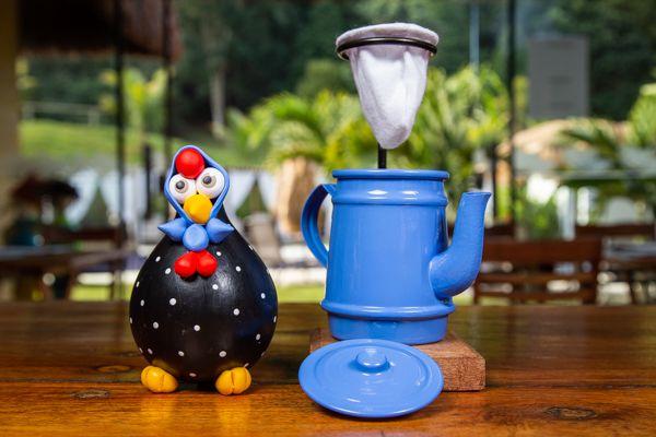 Kit galinha preta de lenço e mini bule azul claro