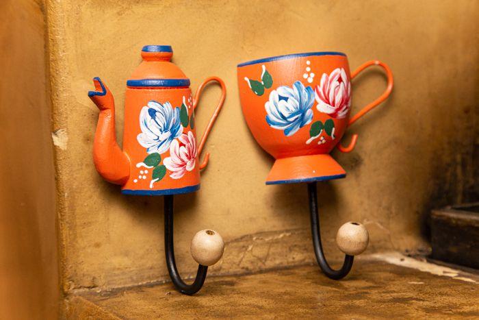 Kit ganchos - xícara e bule em madeira laranja