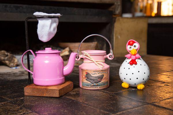 Kit mini chaleira 200 ml, leiteira 500 ml  e galinha de lenço rosa
