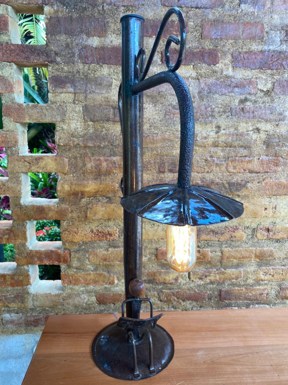 Luminária Artesanal em Ferro Estilo Poste com Leitor Sentado