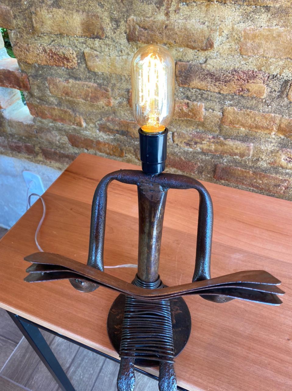 Luminária Artesanal em Ferro Leitora Sentada I