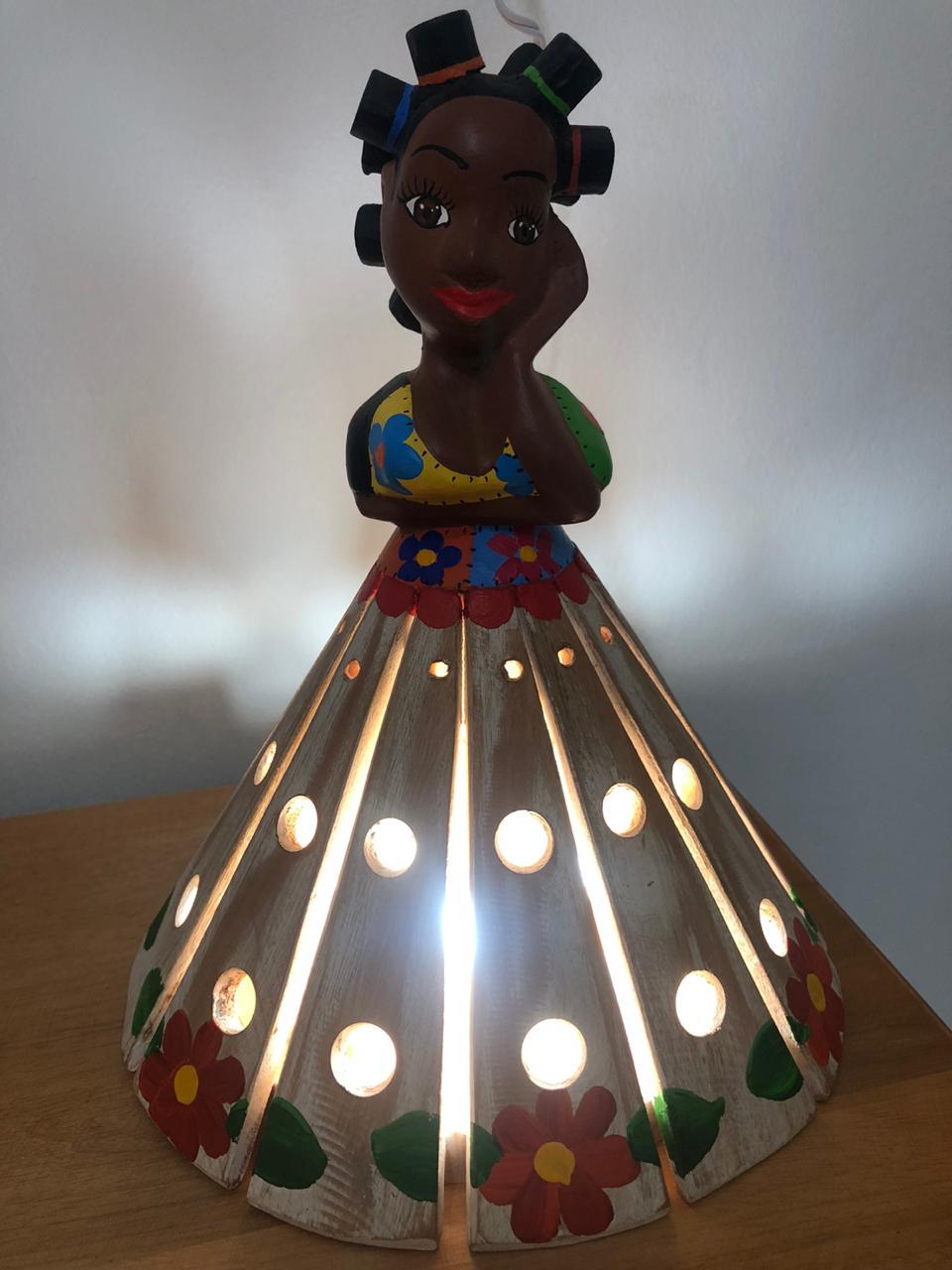 Luminária em Madeira Rústica - Vestido Nude com Flores