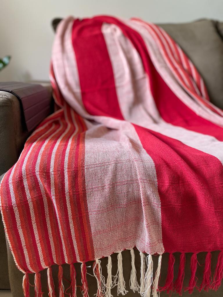Manta para Sofá - Listrada em Tons de Vermelho e Rosa Claro