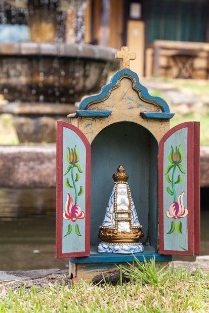 Nossa Senhora Aparecida em gesso decorada - manto folhagem e detalhe dourado