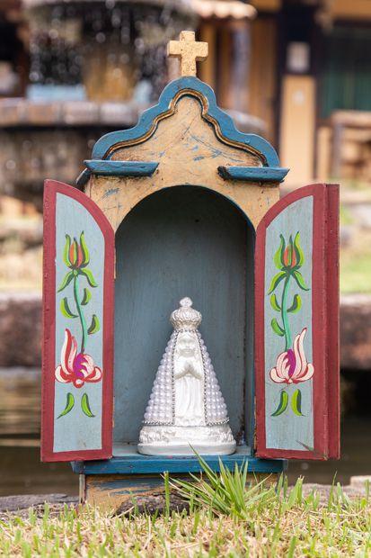 Nossa Senhora Aparecida em gesso decorada - manto pérolas brancas