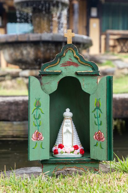 Nossa Senhora Aparecida em gesso decorada - manto pérolas e flores nos pés