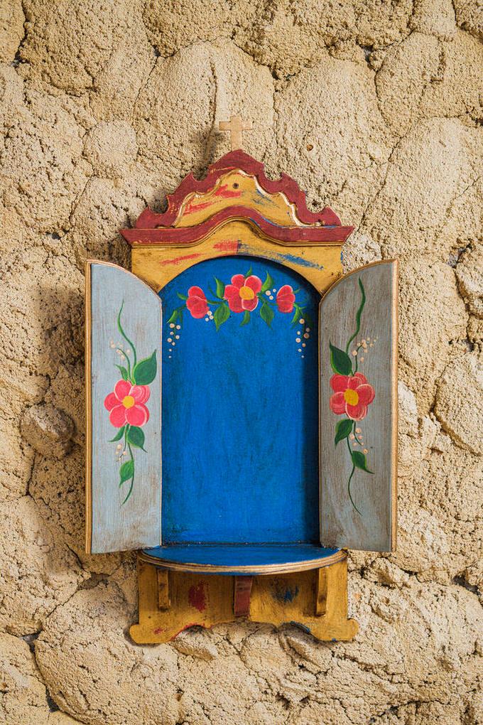 Oratório de Parede Azul com Portas Verdes em Madeira
