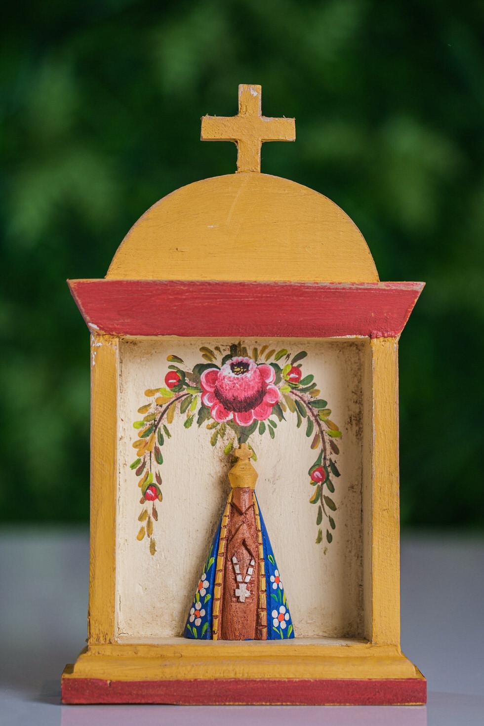 Oratório em Madeira com Imagem de Nossa Senhora Aparecida em Amarelo