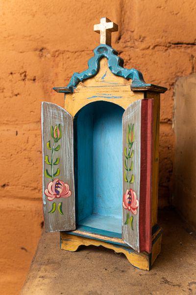 Oratório pequeno em madeira com portas detalhe dourado