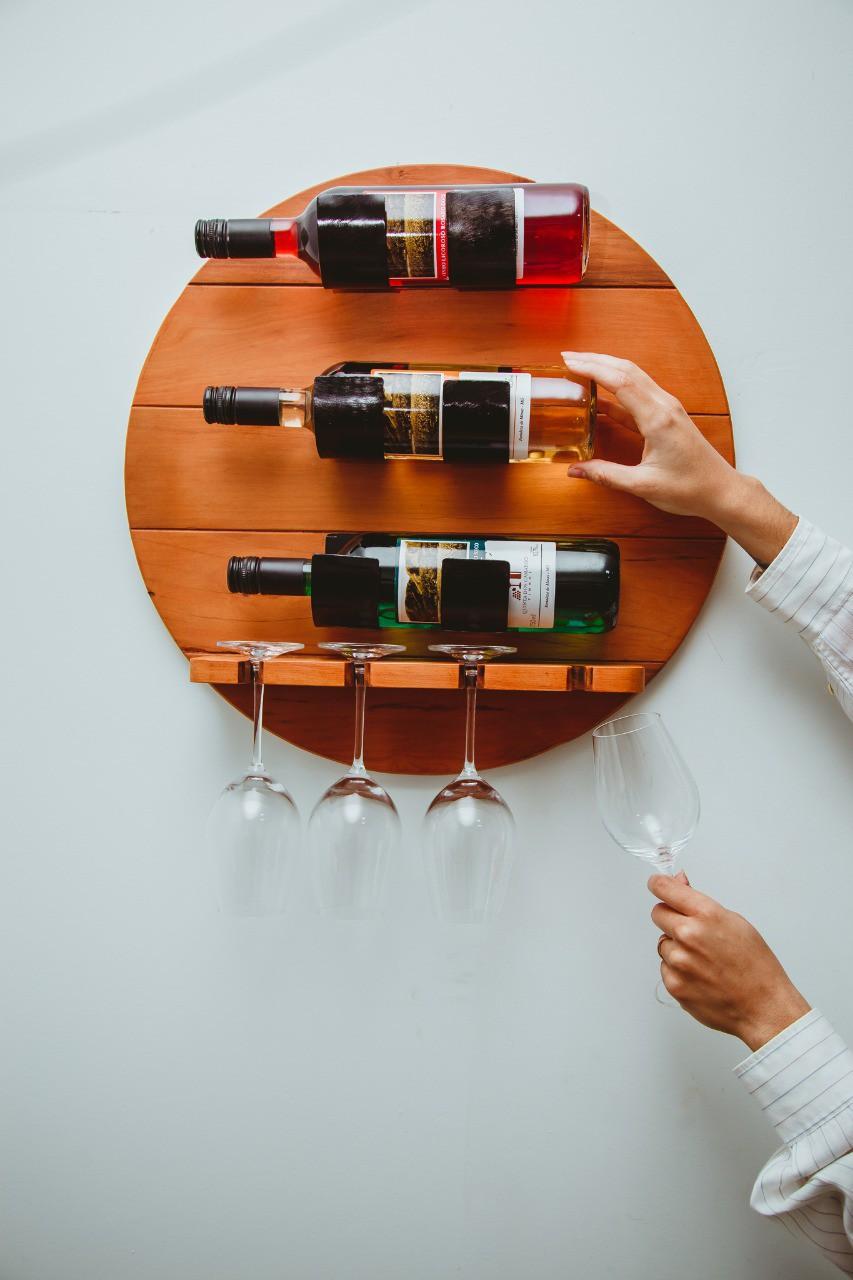 Painel Porta Vinhos Rústico em Madeira