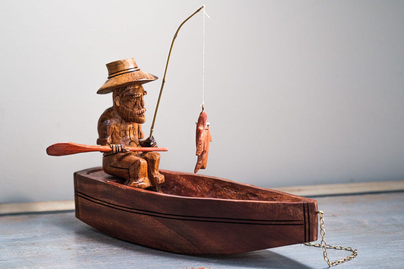 Pescador o barco em madeira