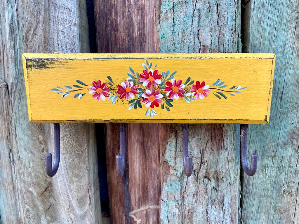 Porta Chaves Amarelo com Detalhes em Flor
