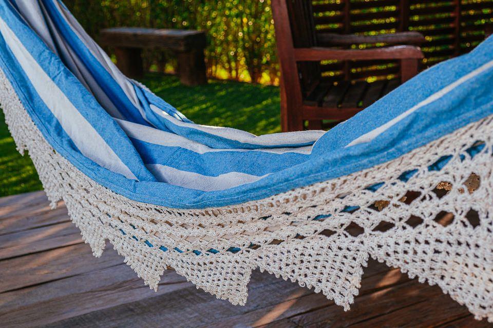 Rede de Crochê - Listrada em Azul Claro com Babado em Bico Cru