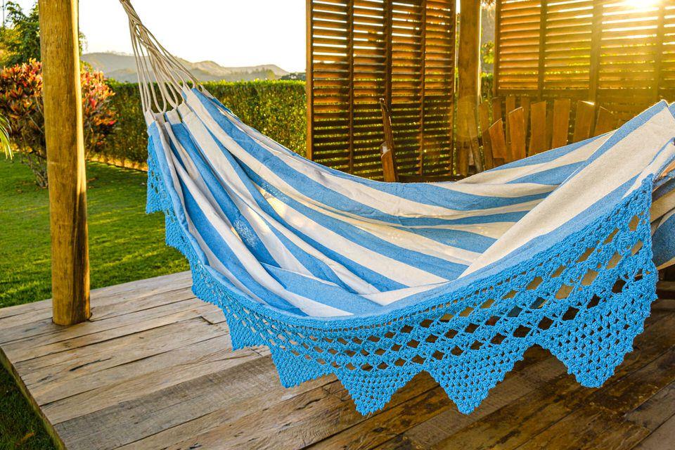 Rede de Crochê - Listrada em Azul Claro com Babado em Bico Azul Claro