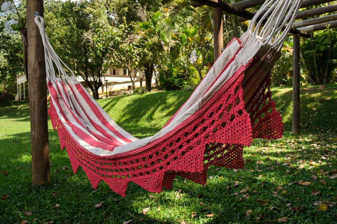 Rede de Crochê - Listrada em Vermelho com Babado em Bico Vermelho