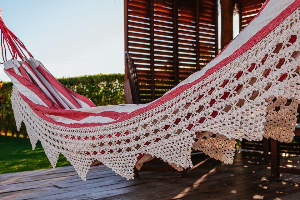 Rede de Crochê - Listrada em Vermelho com Babado em Bico Cru