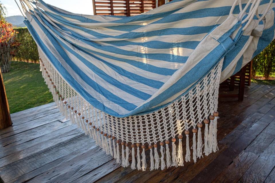 Rede de Crochê - Listrada em Azul Claro com Babado em Bolinha Cru