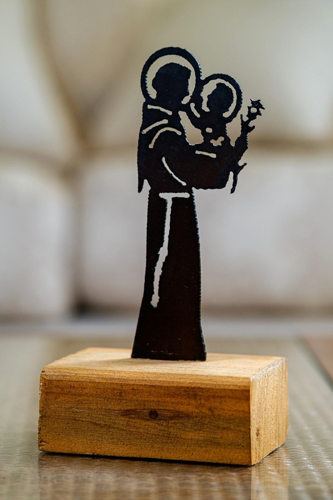 Santo Antônio em ferro com a  base em madeira