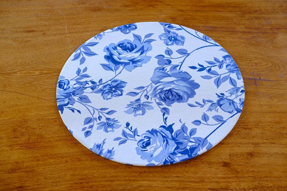 Sousplat em Tecido Estampado em Branco e Flores Azuis - Unidade