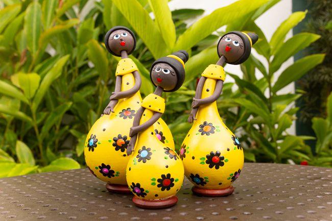 Trio de bonecas em cabaça amarela
