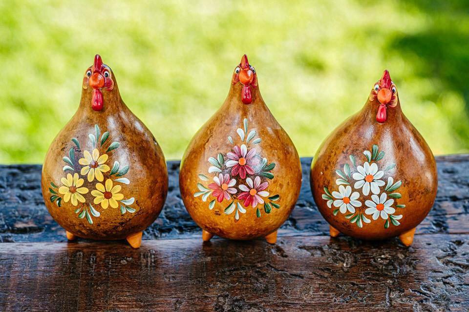 Trio de Galinhas em Cabaça Natural com Flores no Peito