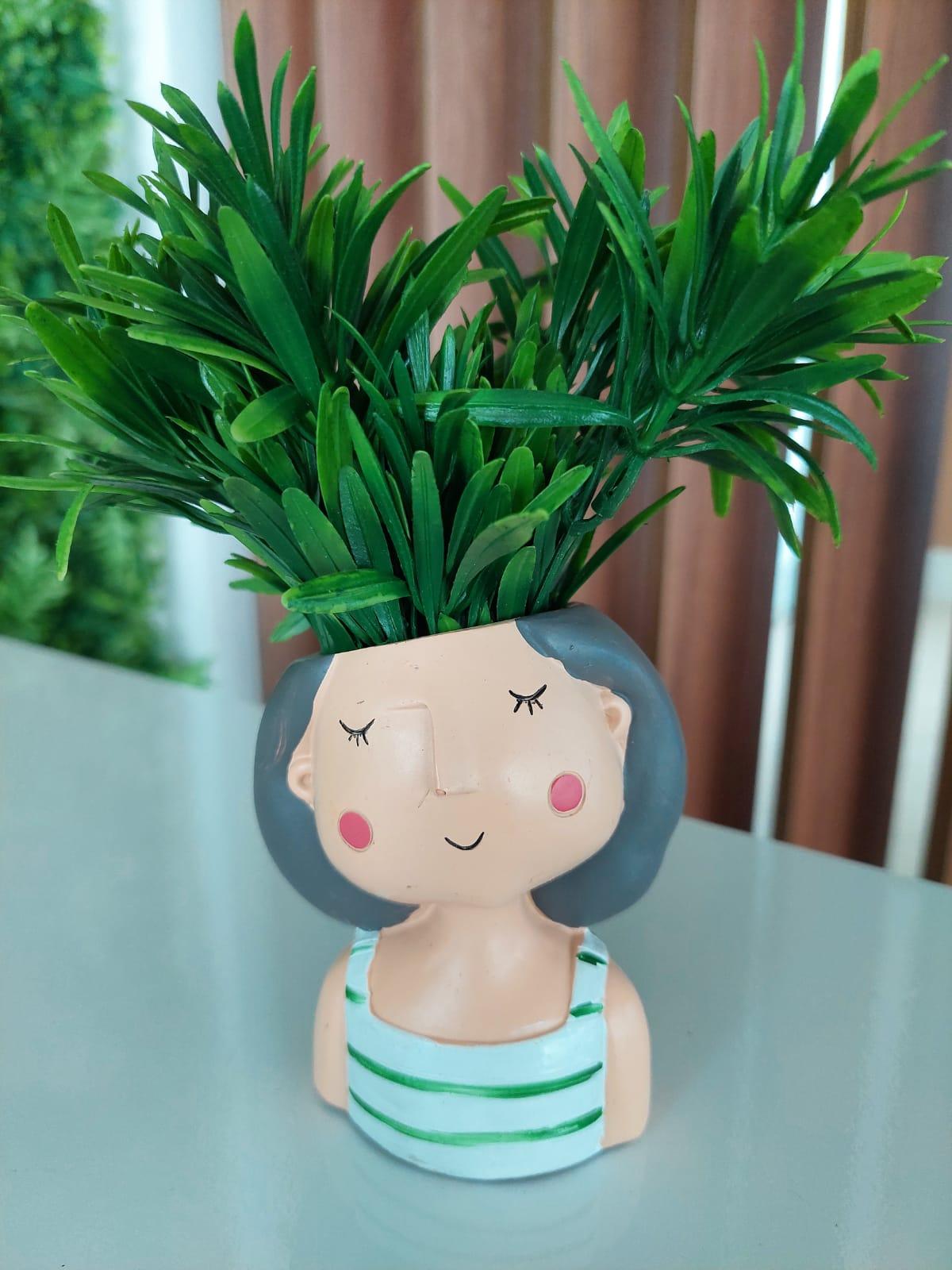 Vaso de Poliresina - Menininha de Blusa com Listras Verdes