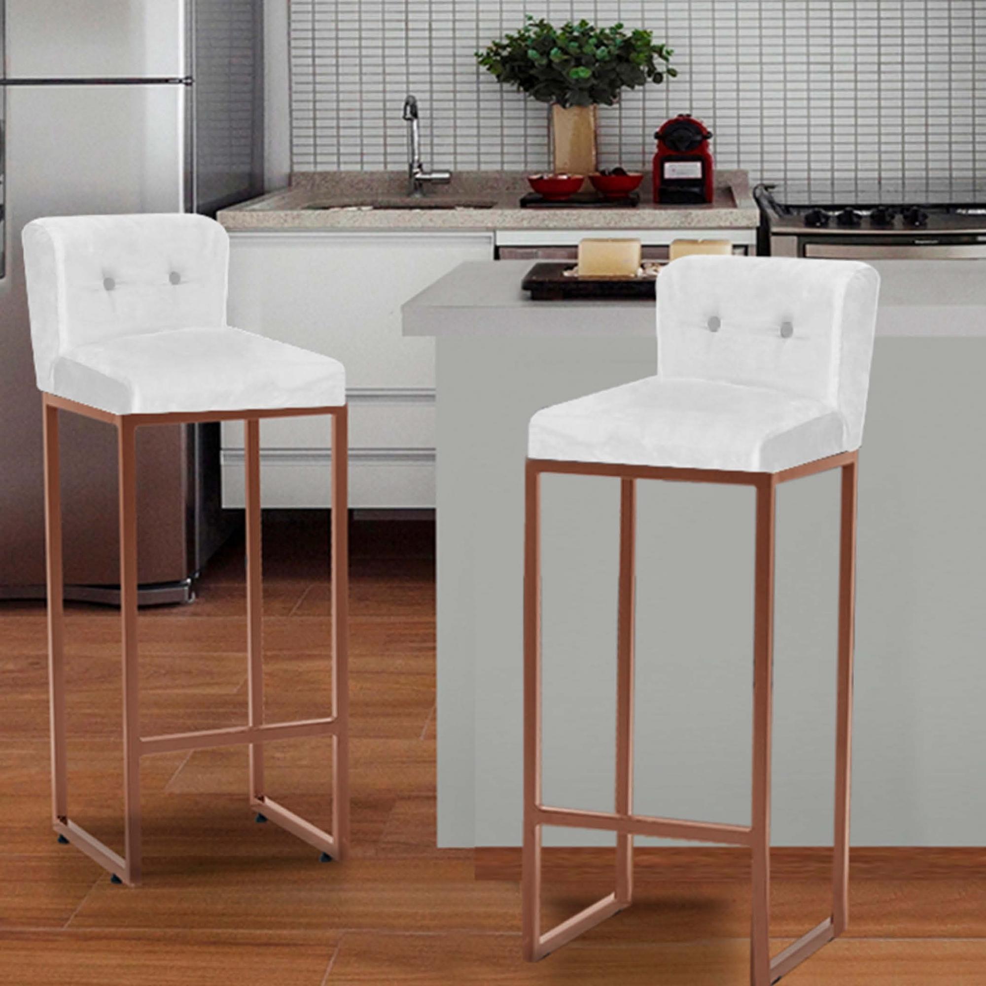Kit 02 Banquetas Decorativa Alta Loues Tecido Sintético Branco Com Botão e Encosto Para Cozinha Bar Balcão Bistrô Pé de Ferro Bronze -Bela Casa Shop