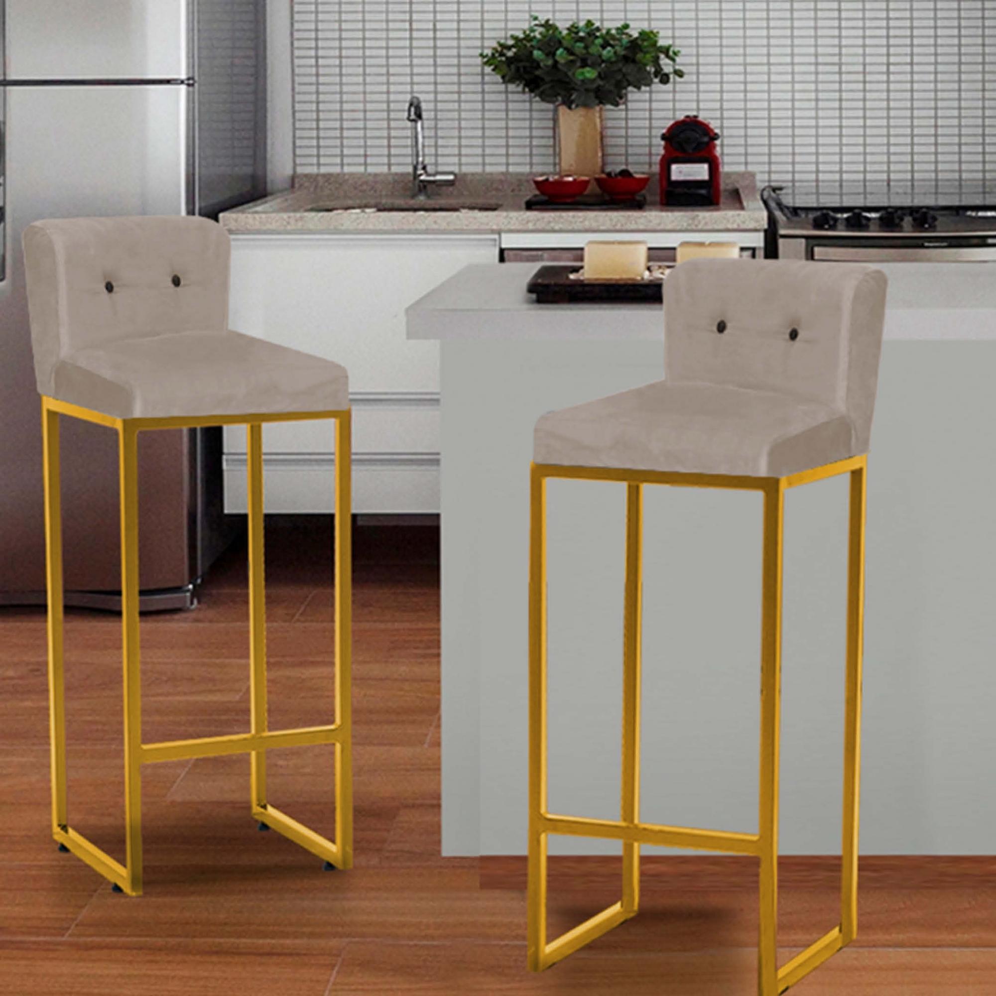 Kit 03 Banquetas Decorativa Alta Loues Tecido Sintético Bege Com Botão Preto e Encosto Para Cozinha Bar Balcão Bistrô Pé de Ferro Dourado -Bela Casa Shop