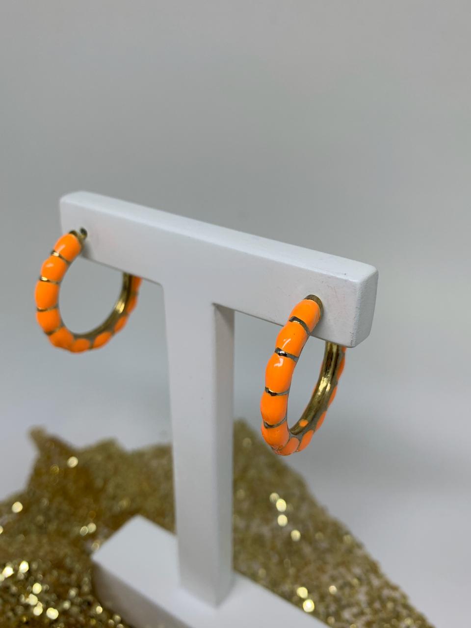 Brinco folheado argola laranja esmaltada com detalhes dourados   BF877