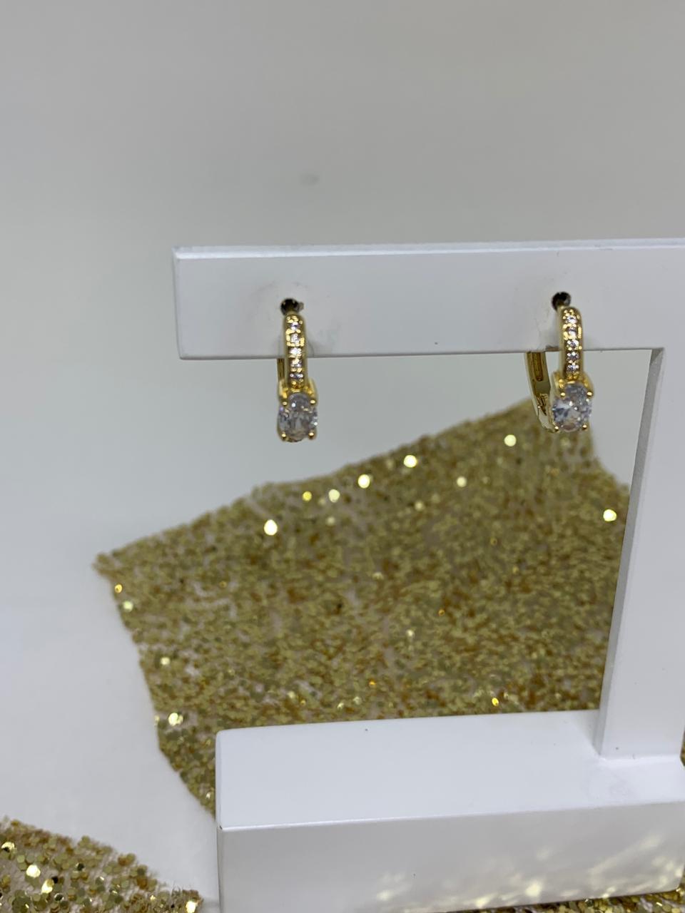 Brinco folheado argolinha dourada com zircônias pratas com cristal oval | BF855