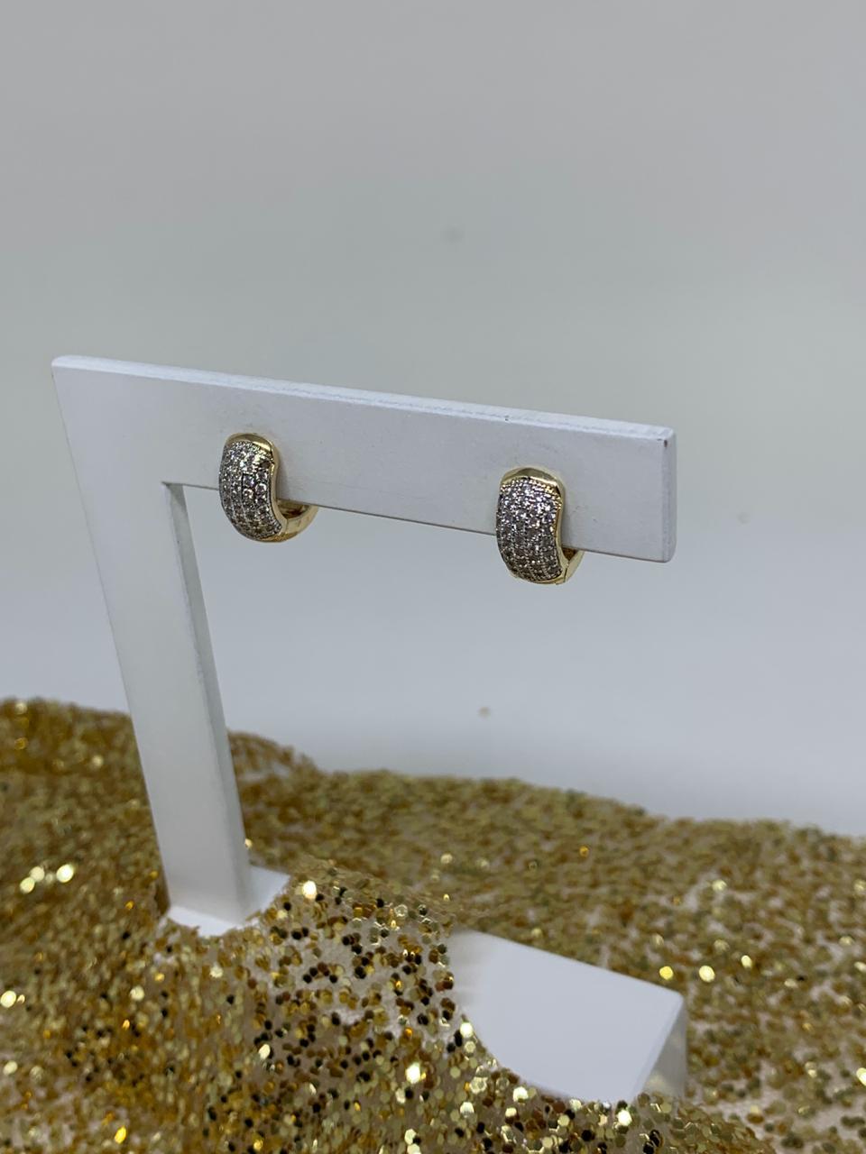 Brinco folheado argolinha tam M dourada com zircônias| BF825