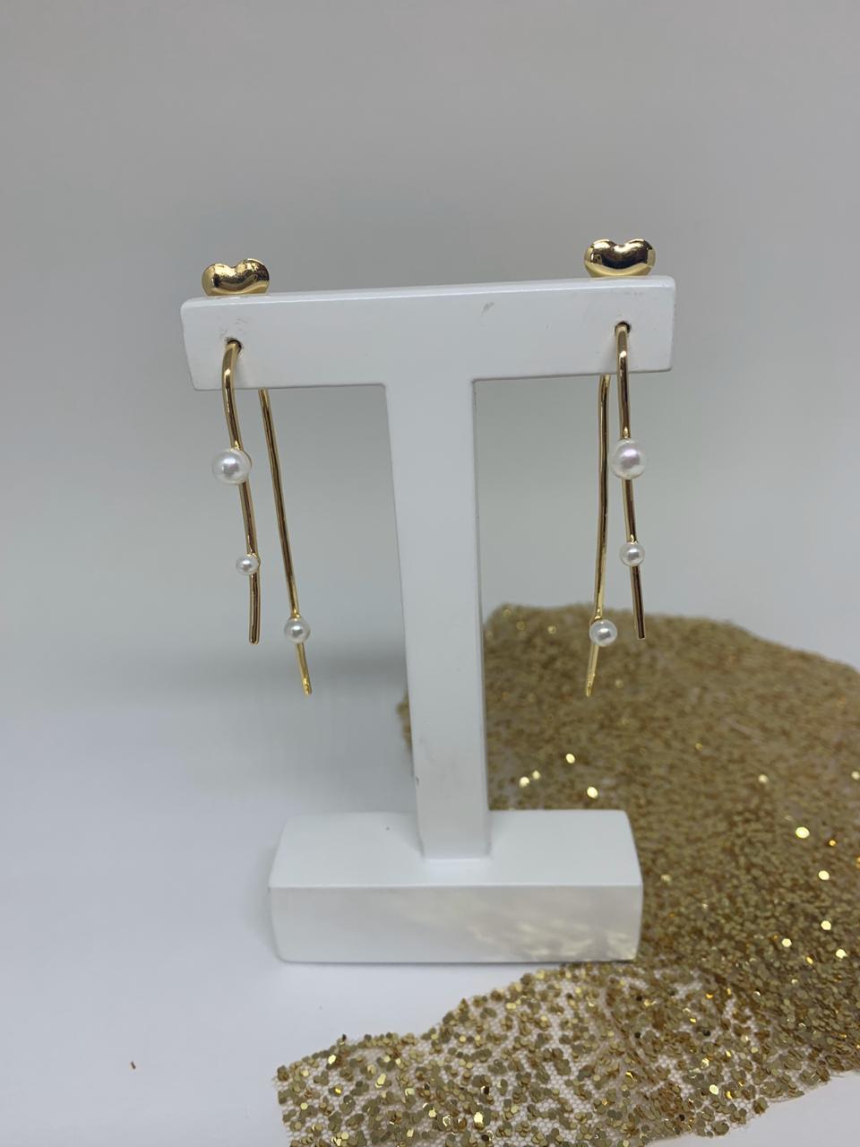 Brinco folheado dourado arco alongado com 3 pérolas | BF874